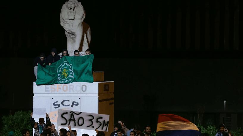 Esporte - Futebol: Jogadores do Sporting Lisboa são agredidos por torcedores
